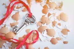 ключевой успех к серебряный ключ с красным проломом ленты от раковины яичка Стоковая Фотография