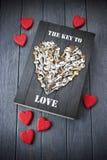 Ключевые сердца книги влюбленности Стоковое фото RF