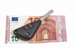 Ключи банкноты и автомобиля 10 евро на белизне Стоковая Фотография RF