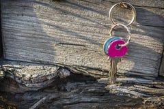 Ключи вися на старой деревянной стене Стоковая Фотография