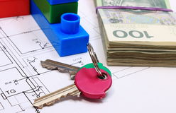 Ключи, куча банкнот и строительные блоки на чертеже дома Стоковое фото RF