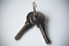Ключи на кольце для ключей на белой предпосылке Стоковые Изображения