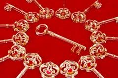 Ключи на красном цвете стоковое фото rf