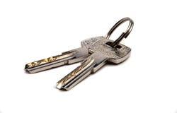 Ключи от кольца на белой предпосылке Стоковые Фотографии RF
