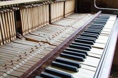 Ключи от старого сломанного поврежденного рояля Стоковое Фото