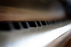 Ключи рояля на старых винтажных чёрном дереве & слоновая кости аппаратуры Стоковое Изображение RF