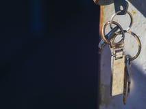 Ключи с ключом обманывают в двери гаража Стоковая Фотография RF