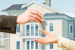Ключи Apartmen в руке человека Стоковые Фотографии RF