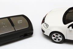 Ключ автомобиля и автомобиль стоковые фотографии rf