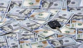 Ключ автомобиля на куче доллара Стоковые Изображения