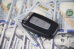 Ключ автомобиля на предпосылке долларов Стоковые Фото