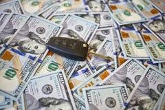 Ключ автомобиля на предпосылке долларов Стоковые Изображения