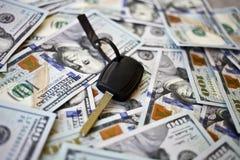 Ключ автомобиля на предпосылке долларов Стоковые Изображения RF
