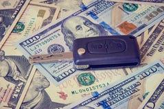 Ключ автомобиля на предпосылке долларов Стоковые Фотографии RF