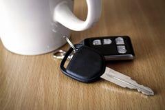 Ключ автомобиля на таблице Стоковое Изображение RF
