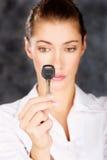 Ключ в руке женщины Стоковые Фотографии RF