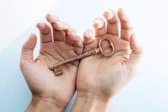 Ключ в руке открывает стоковые фото