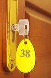 Ключ в keyhole с пронумерованным ярлыком Стоковое Фото