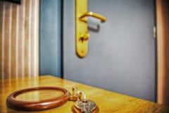 Ключ гостиницы на деревянном столе Стоковые Изображения