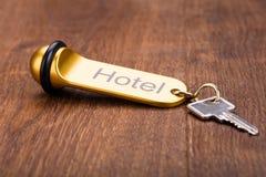 Ключ гостиницы на деревянном столе Стоковая Фотография RF