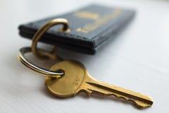 Ключ гостиницы с биркой. Конец вверх Стоковые Фото