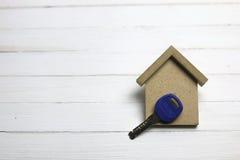 Ключ квартиры на деревянной предпосылке Стоковые Изображения