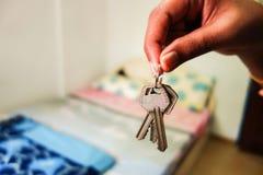 Ключ комнаты вручая сверх Стоковая Фотография RF