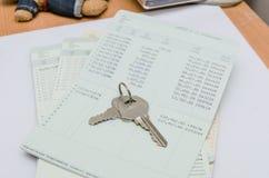 Ключ на банковской книжке на предъявителя Стоковые Изображения