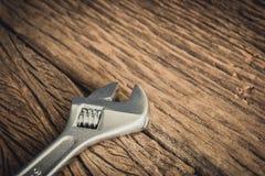 Ключ на деревянной предпосылке Стоковая Фотография RF