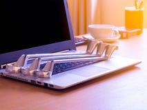 Ключ на офисе стола человека съемщика индустрия иконы дома конструкции принципиальной схемы кирпича предпосылки пользуется ключом Стоковое фото RF