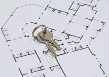 Ключ на плане дома Стоковые Фотографии RF