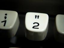 Ключ номер два на винтажной машинке Стоковая Фотография RF