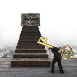 Ключ нося знака евро человека к сундуку с сокровищами Стоковые Изображения RF