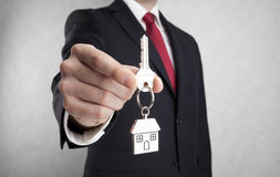 Ключ дома в руке бизнесмена Стоковое фото RF