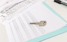 Ключ дома на план-графике изнашиваемости стоковое фото