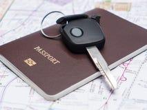 Ключ от автомобиля и пасспорта на карте. Стоковая Фотография