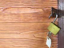 Ключ раскрывает замок на деревянной двери Стоковые Фотографии RF