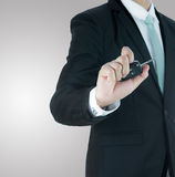 Ключ руки позиции бизнесмена стоящий для автомобиля Стоковая Фотография