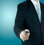 Ключ руки позиции бизнесмена стоящий для изолированного автомобиля Стоковые Изображения RF