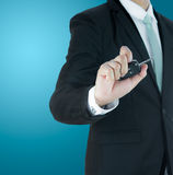 Ключ руки позиции бизнесмена стоящий для изолированного автомобиля Стоковая Фотография RF