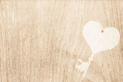 Ключ сердца проштемпелевал на деревянной текстуре для валентинки и wedding назад Стоковое Изображение RF