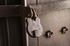 Ключ старого профессора с стальной дверью Стоковая Фотография RF