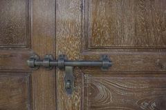 Ключ стробирует старую металлическую дверь Стоковое Изображение