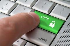 Ключ указывая замка пальца концепции дела мужской Стоковая Фотография RF