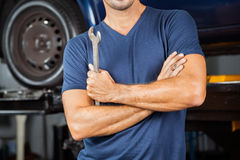 Ключ удерживания механика в ремонтной мастерской Стоковые Изображения