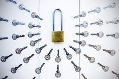 Ключ для всех замков вокруг ключа на белой деревянной предпосылке Стоковые Изображения