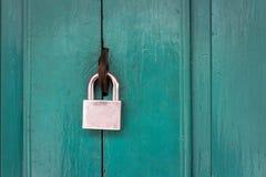 Ключ для всех замков и старая деревянная дверь Стоковые Изображения RF