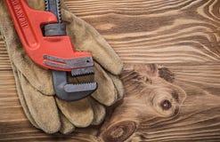 Ключ для труб защитных перчаток на conce конструкции деревянной доски Стоковое Фото