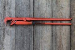 Ключ для труб на деревянной предпосылке Стоковые Изображения