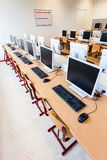 Лаборатория компьютера с строками компьютеров в школе Стоковое Фото